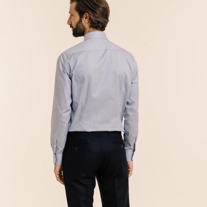 Chemise cintrée en twill à fines rayures bleu marine