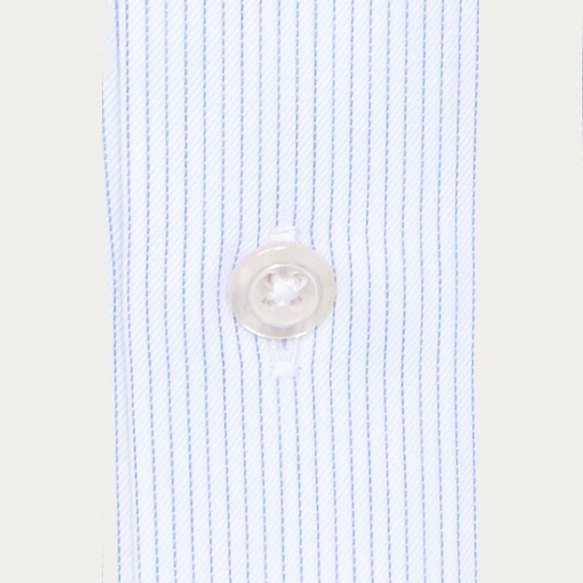 Chemise cintrée en twill à fines rayures bleues